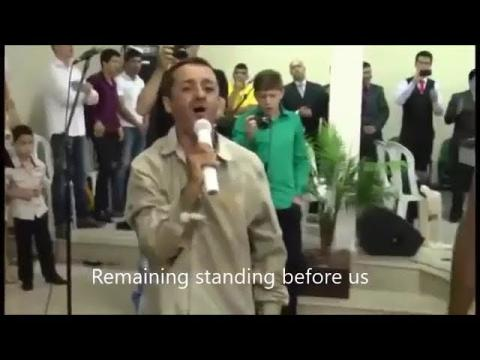 Homeless begger lead worship in Brazilian Church...Do not Judge others(Subtitles)